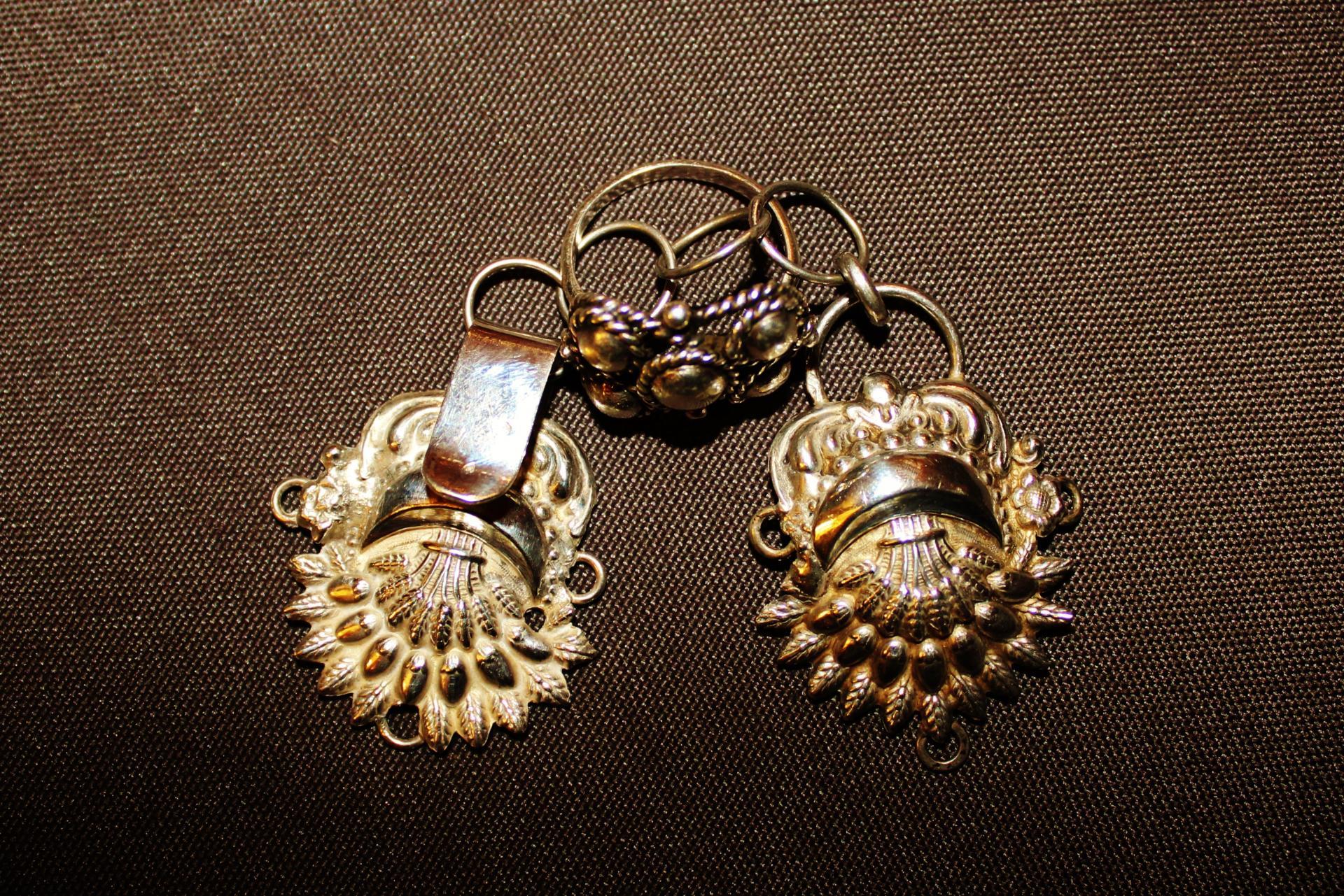 Bijoux de la courguinoise bague aux noeuds d amour et boucle de cape