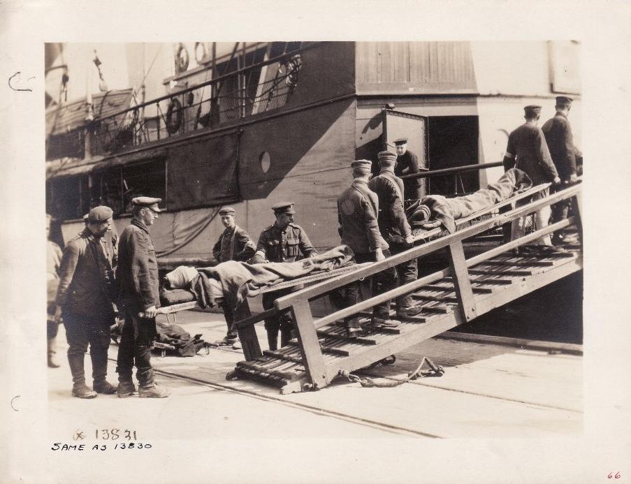 Calais 1918 prisonniers allemands chargeant des blesses