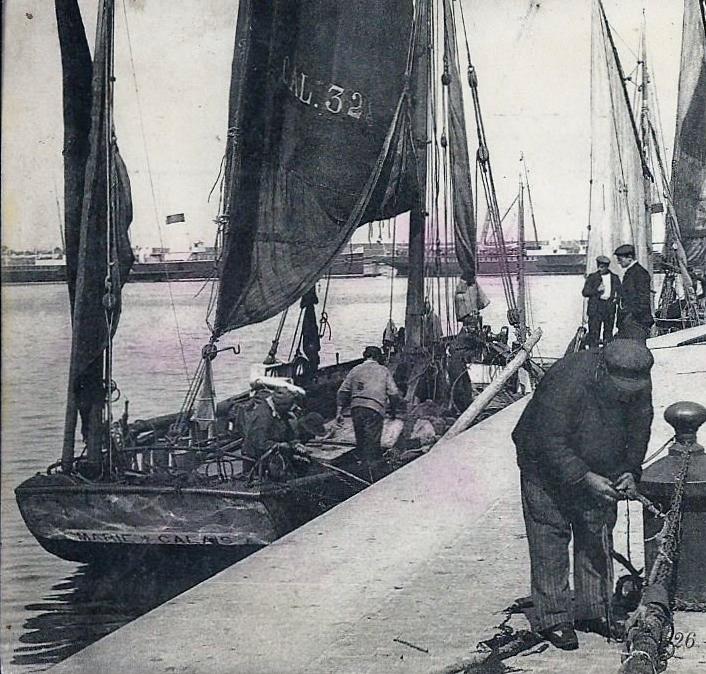 Calais bateau de peche calaisien et pecheur sur les quais de l ancien courgain