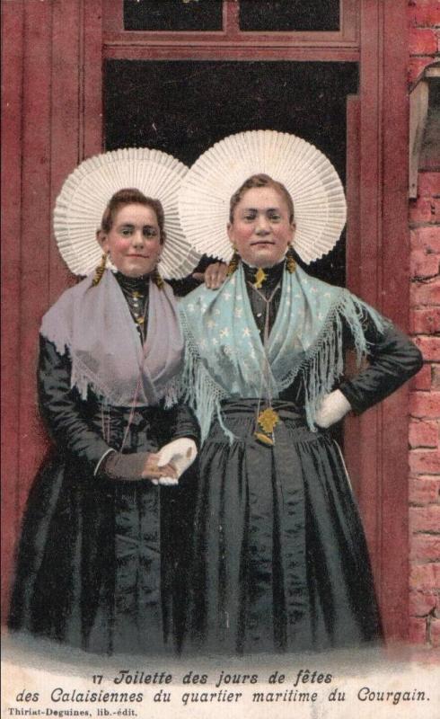 Calais deux courguinoises en tenue de ceremonie