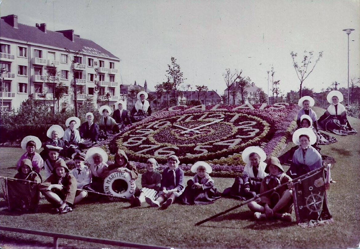 Calais groupe de matelote devant l horloge fleurie