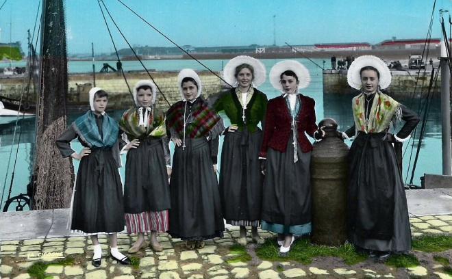 Calais groupe de matelotes devant le port de calais