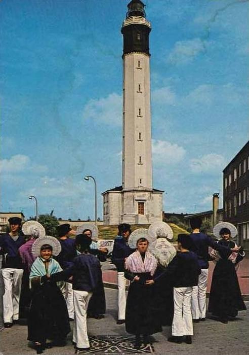 Calais groupe devant le phare