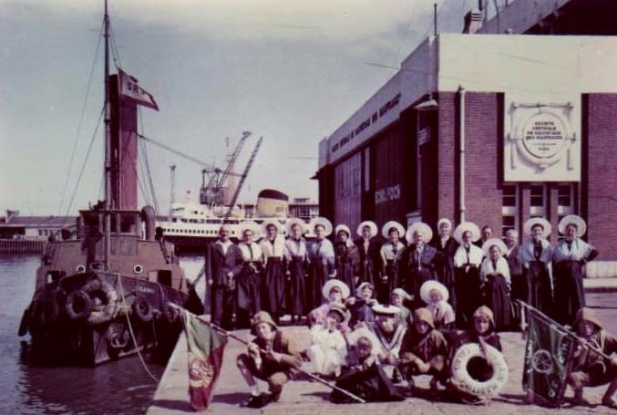 Calais groupe folklorique devant la station de sauvetage