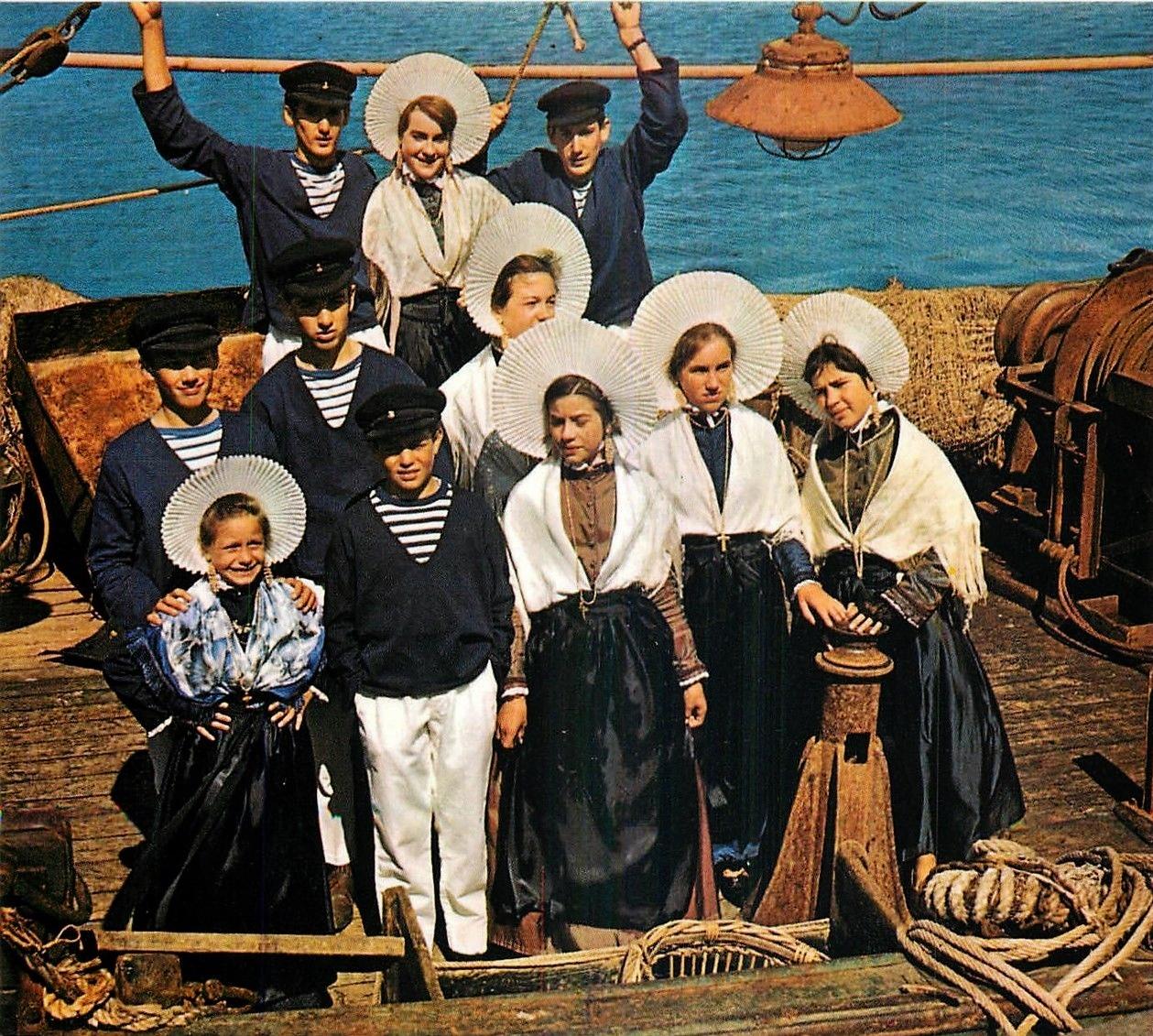 Calais groupe folklorique sur le bateau
