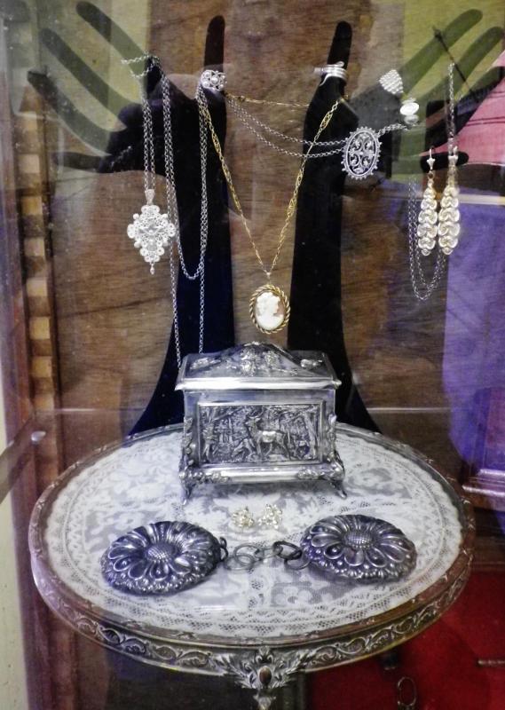 Calais la nouvelle salle du minck de l association calais histoire et traditions les bijoux des courguinoises