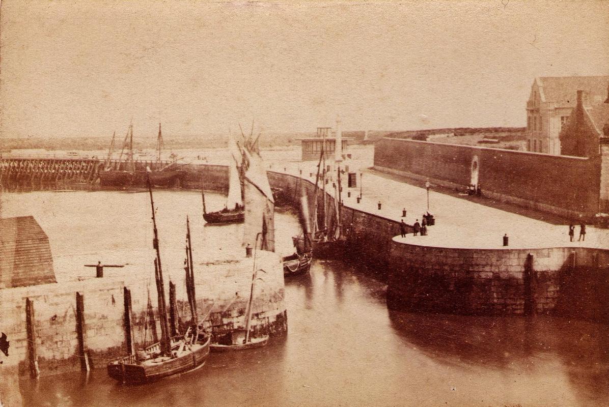 Calais le port par le photographe calaisien demotier