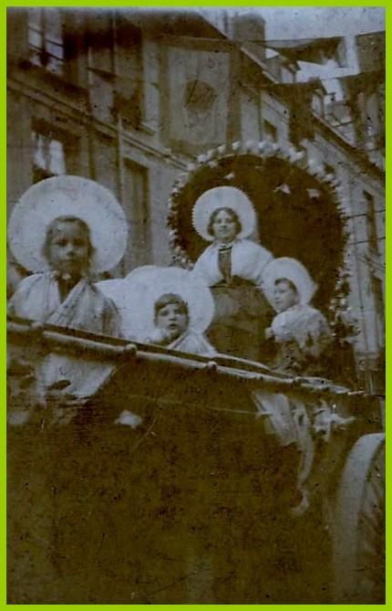 Calais melle eugenie caboche reine du courgain en aout 1931 encadre