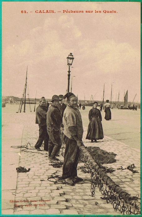 Calais pecheurs s activant sur les quais