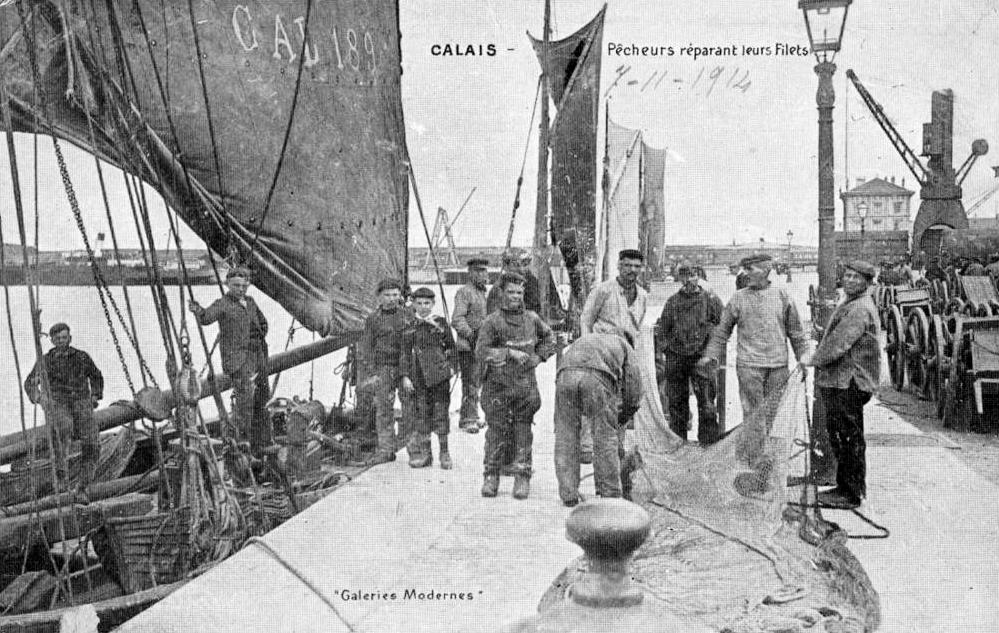 Calais pecheurs sur les quais