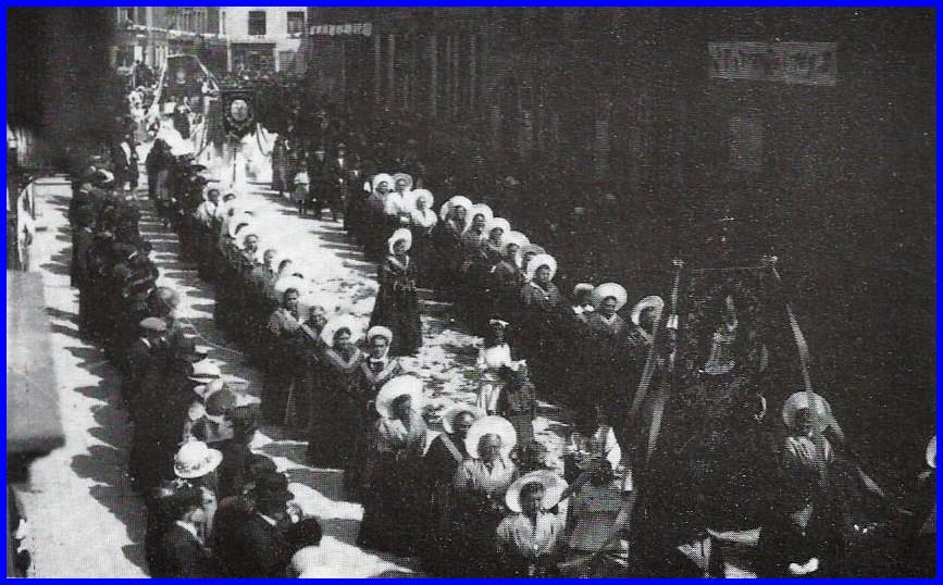 Calais procession de la fete dieu le defile des matelotes encadre