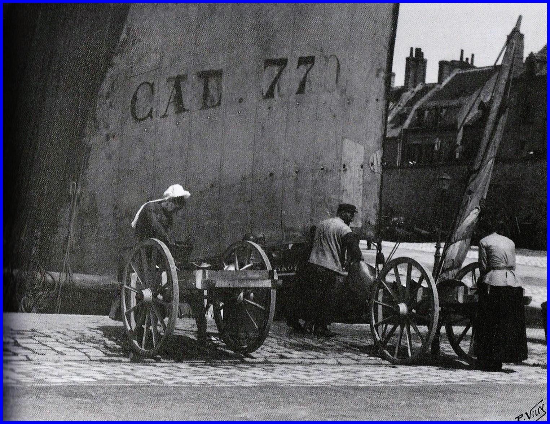 Calais rouleuses de pichons devant le bateau un lougre de peche arc de triomphe vers 1900 encadre