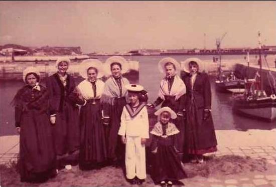 Calais un groupe en costume d apparat