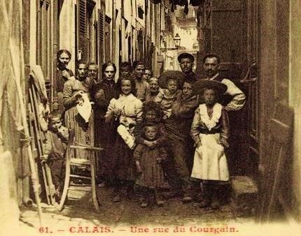 Calais une rue tres animee du courgain maritime de calais