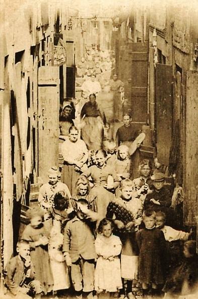 Calais une vue animee d enfants d une rue du courgain