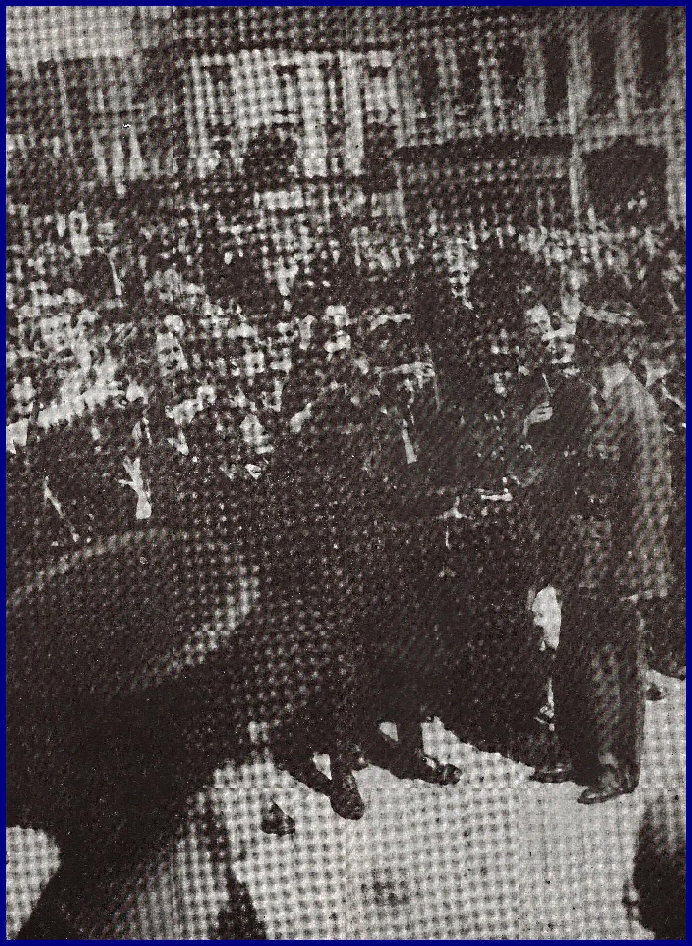 Calais visite du general de gaulle a calais en aout 1945 on reconnait mme sala en hauteur deboout sur une chaise encadre