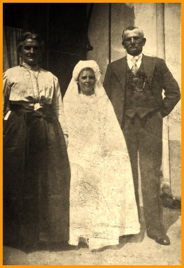 Famille de courguinois le jour de la communion de leur fille denise encadre