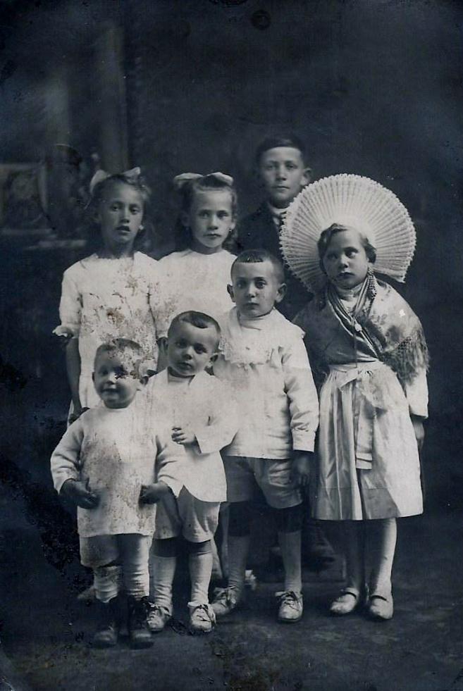 Groupe d enfants dont une jeune matelote 2