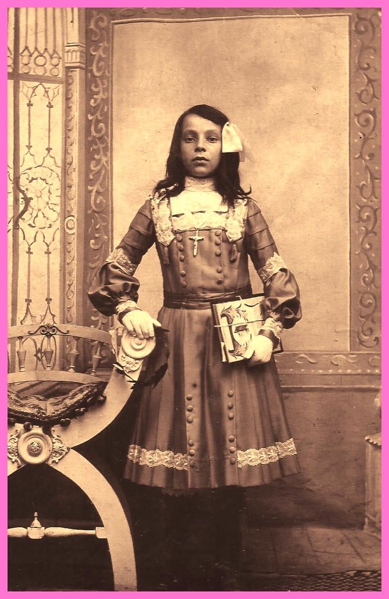 Helena dettamante fille d antonio santo detammante et louise deuez communiante en 1910 au courgain encadree