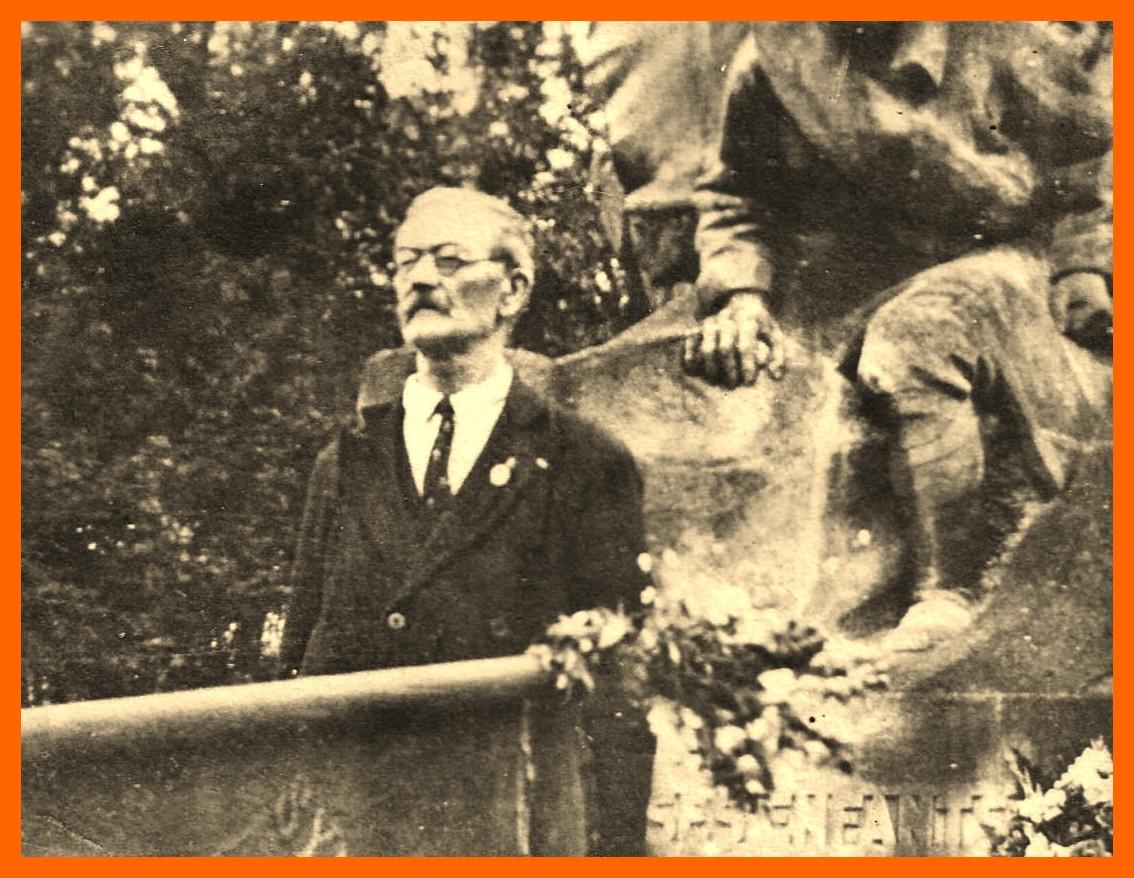 Henri leclerc devant l ancien monument aux morts de la guerre 14 18 encadre