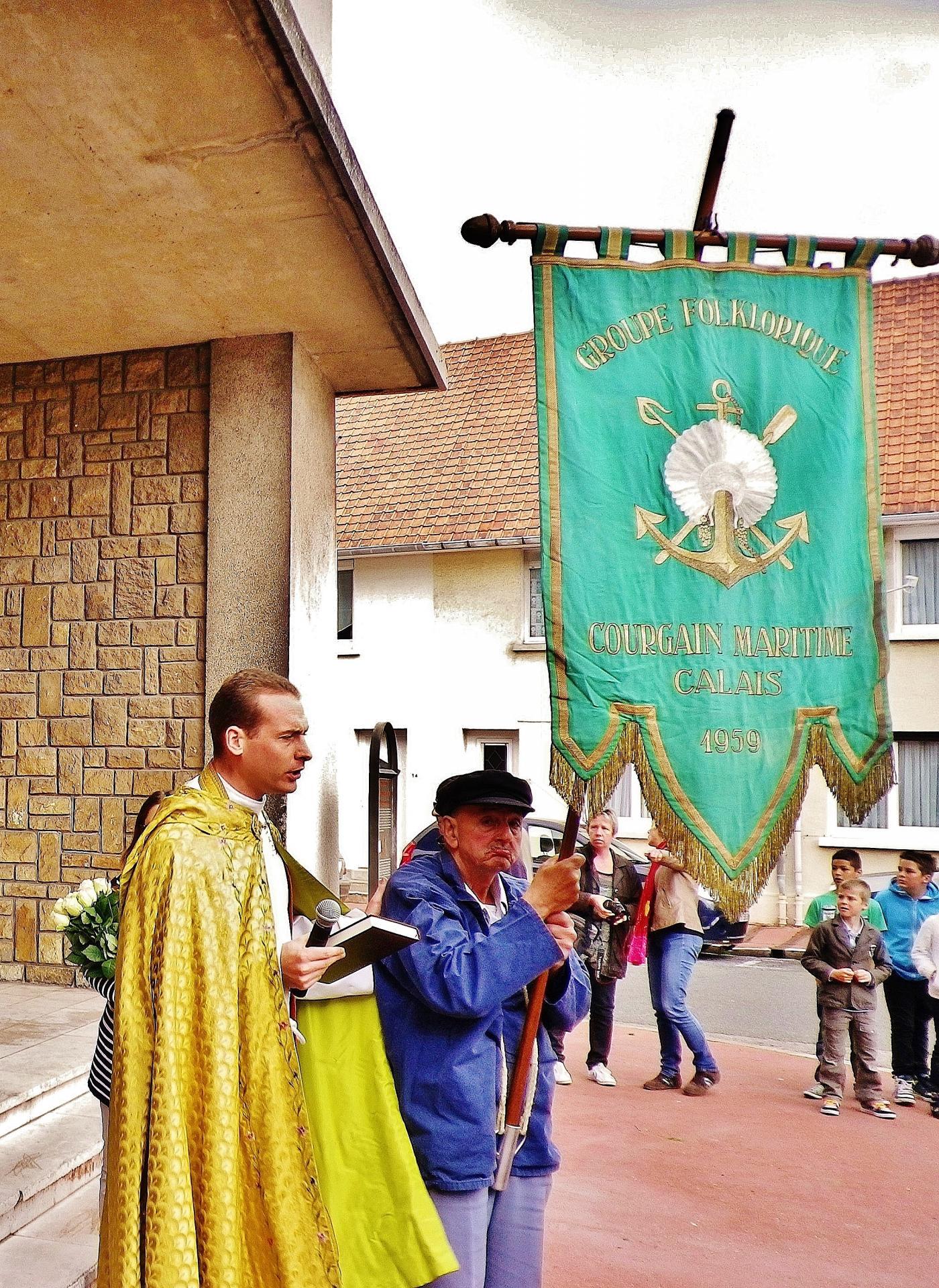 L abbe poidevin prend la tete du cortege lors des ceremonies de la benediction de la mer a calais courgain maritime 1